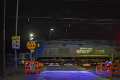 真夜中の貨物列車の先頭、桃太郎