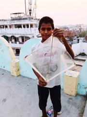 凧を持つ少年 インドにて