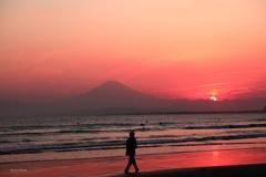 江の島残照 歩く人