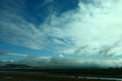 雲の間に見える富士山