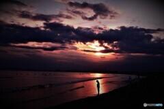 祈りを照らす夕陽