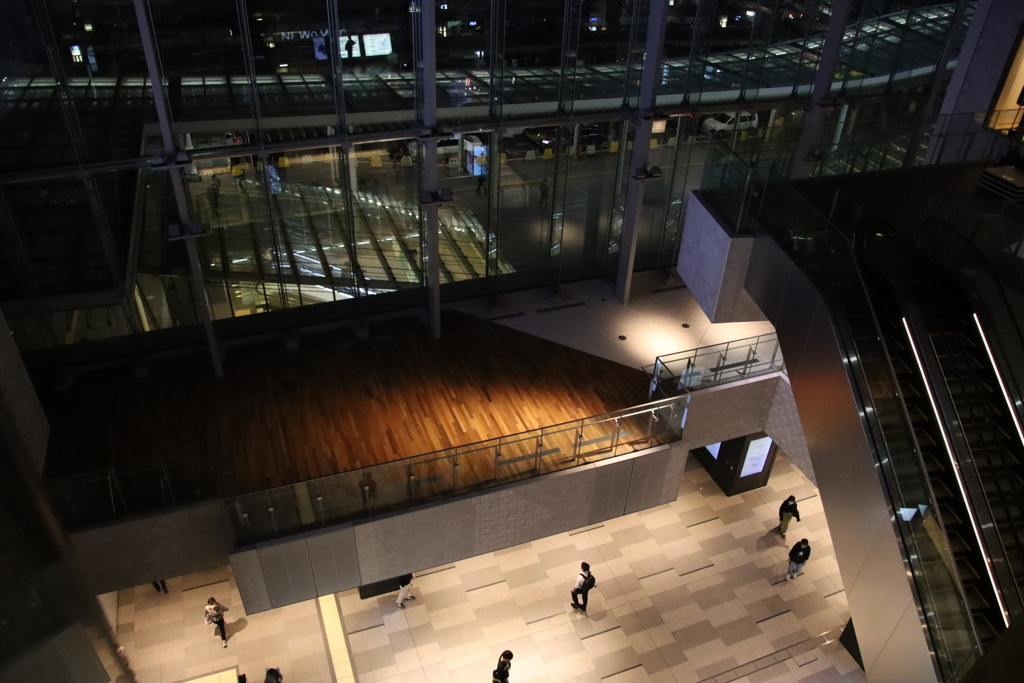 上から覗く ヨコハマ駅