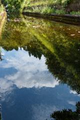 川面に青い空と雲