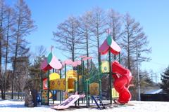 冬の公園の遊具