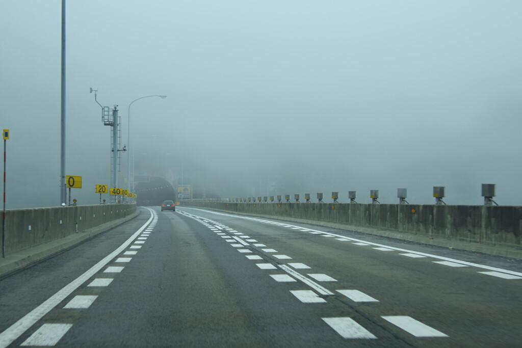 霧の高速道路