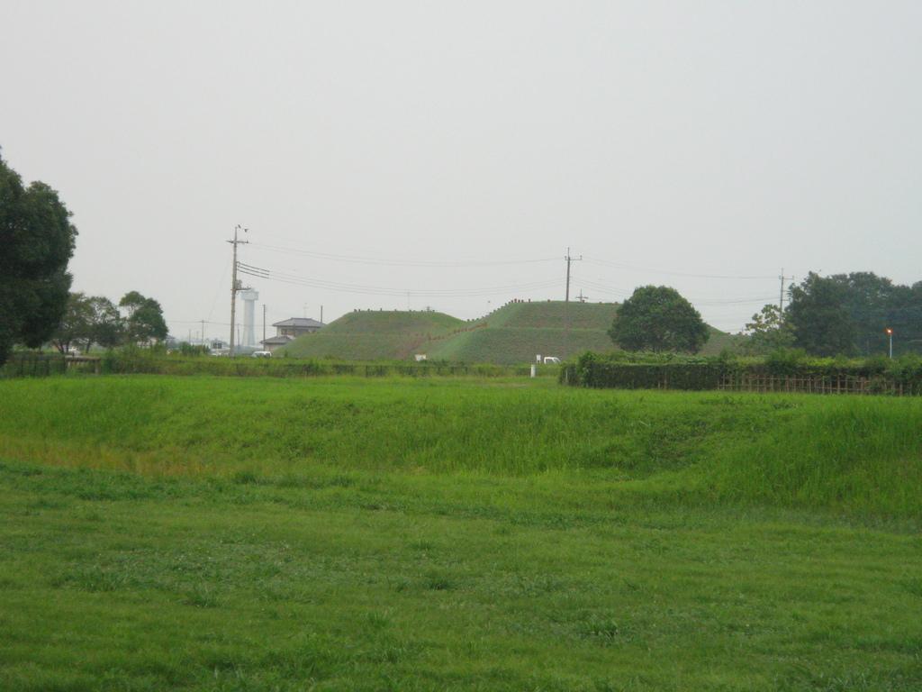 2009/08/22_さきたま古墳公園 稲荷山古墳と古代蓮の里のタワー