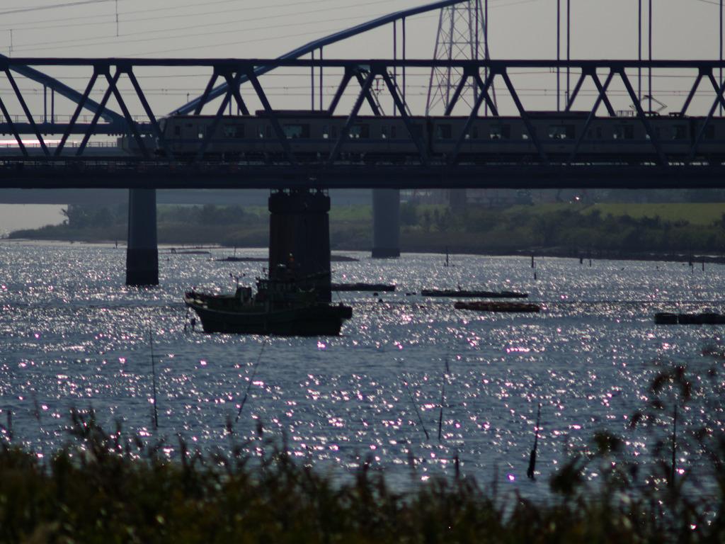 高架と釣船