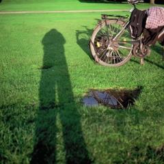 自分と自転車と水たまりと