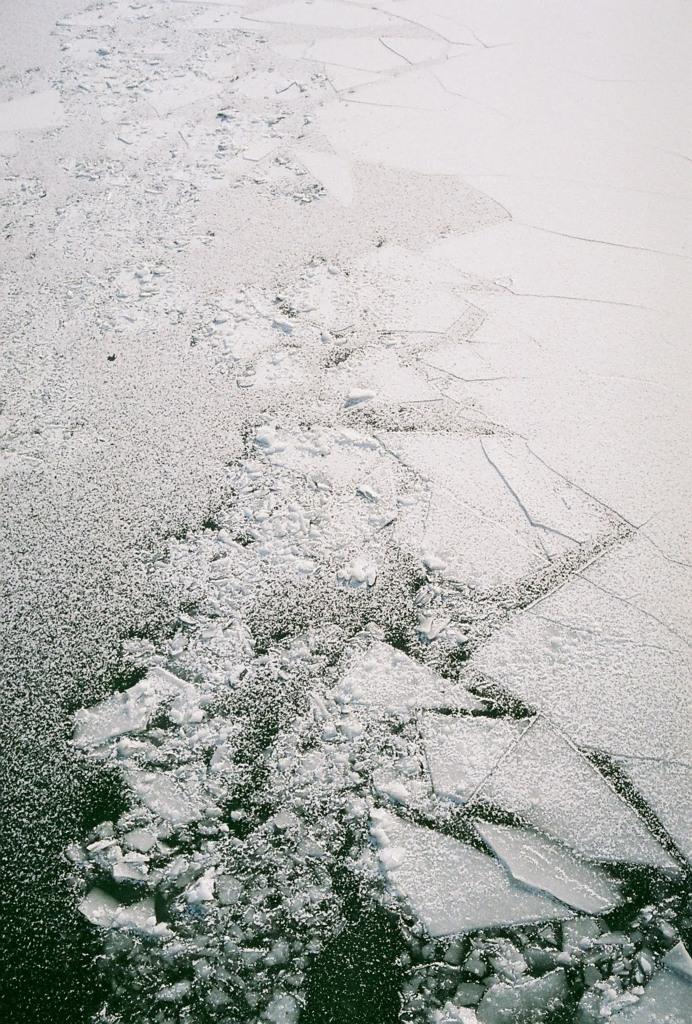 凍てつく川