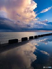 水溜りの空雲リフレクション
