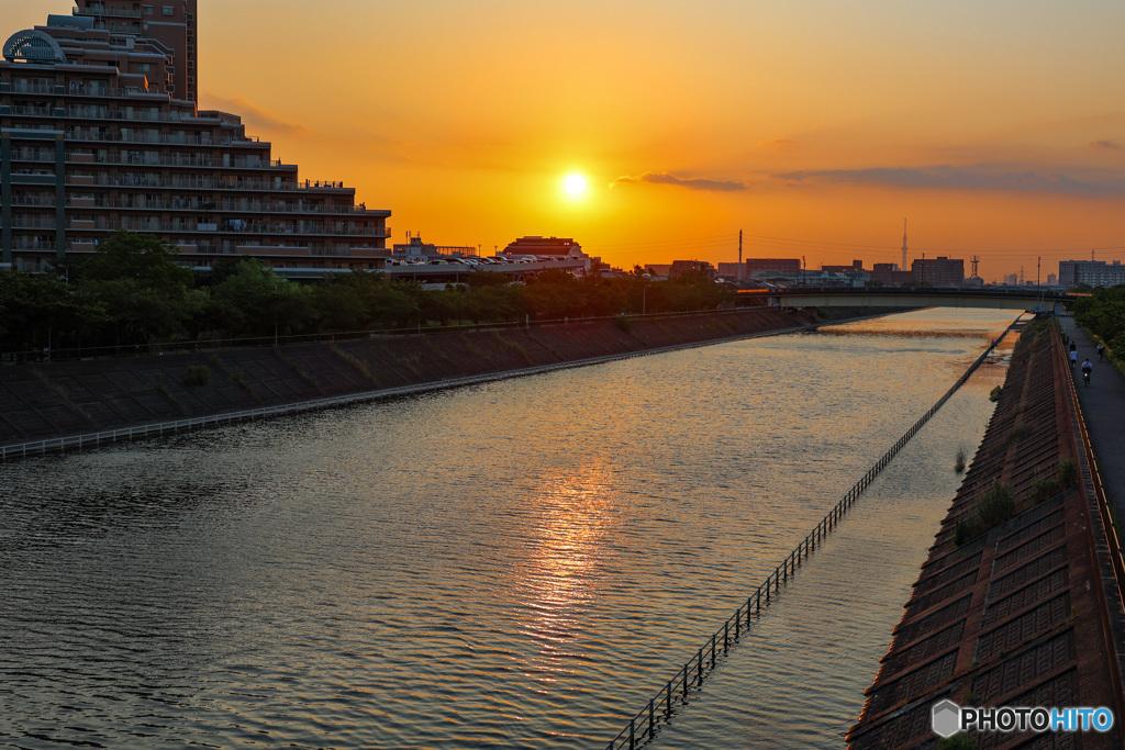 浦安境川夕景 川面に映る夕陽