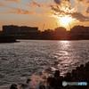 浦安境川河口の夕暮れ 波飛沫(なみしぶき)も染まる