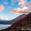 こちら岸の紅葉とともに見る、彼岸の日光男体山の輝き