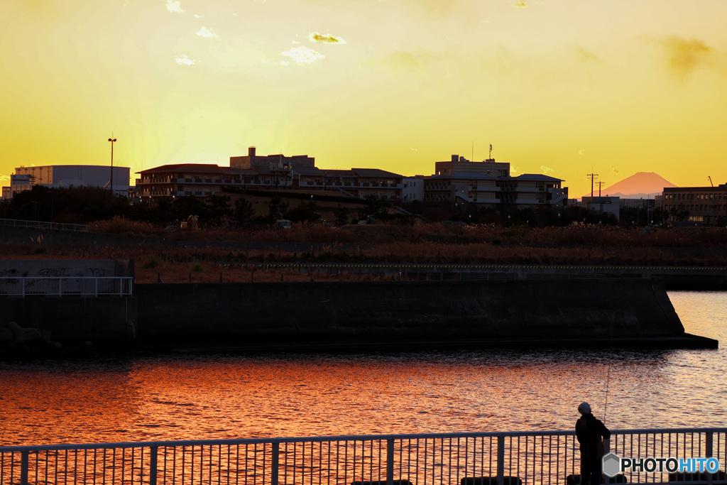 浦安境川河口の夕景 遠くに赤い富士