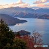 対岸の山空が、夕日に染まる中禅寺湖