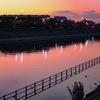 浦安境川夕景 夕暮れ色に溶け込む水面