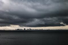 春の嵐の東京湾