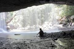 滝の裏にて