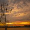 黄金に輝く夕日と町並み