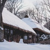 雪と茅葺き屋根