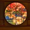 円窓と紅葉