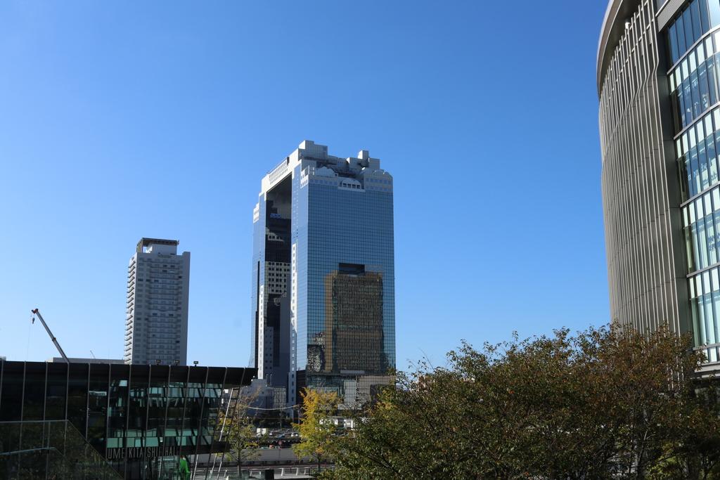 グランフロント大阪から見た梅田スカイビル