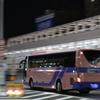 闇夜を疾走するバス