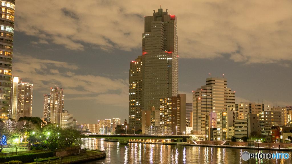 隅田川 佃エリア ー 中央大橋から 夜の空 照らされた川面