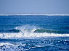 波の向こうから迫る