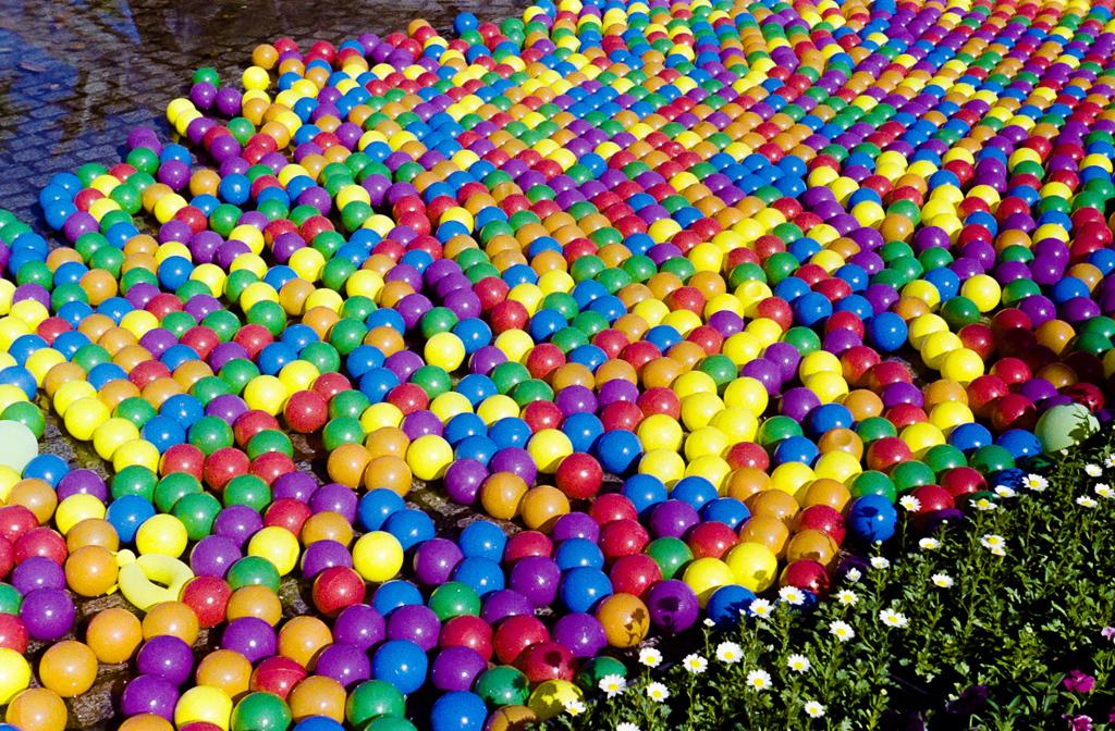 水に浮く色ボール