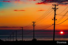 海風が電線にそよぐ坂道