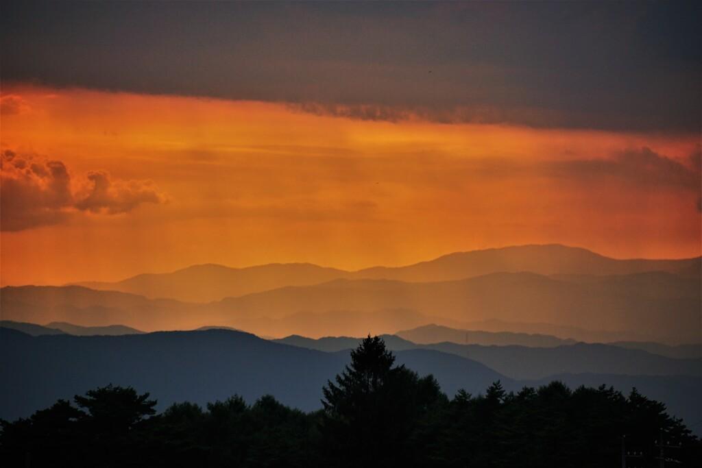 遥かなる山並みの夕景