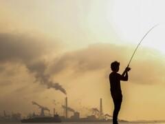 工場と釣り師