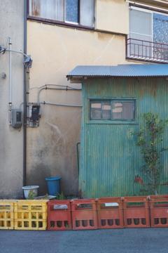 青緑色の倉庫