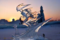 夕日を背に滑降する氷のスキーヤー