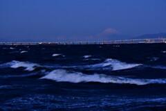 夜明け前富士とアクアライン