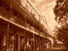 ニューオリンズのフレンチクォーターの商店街(慈性幸佑)