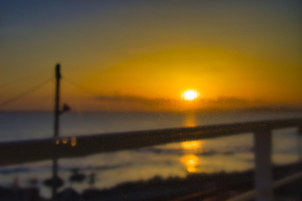 ガラス越しに見る東京湾