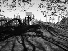 滑り台と影