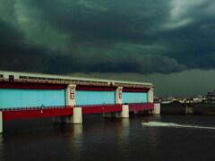 暗い空と水門