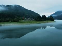 川霧が漂う初夏の只見川