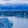 漁港から望む冬の山々
