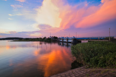 赤い雲が映り込む手賀沼水面