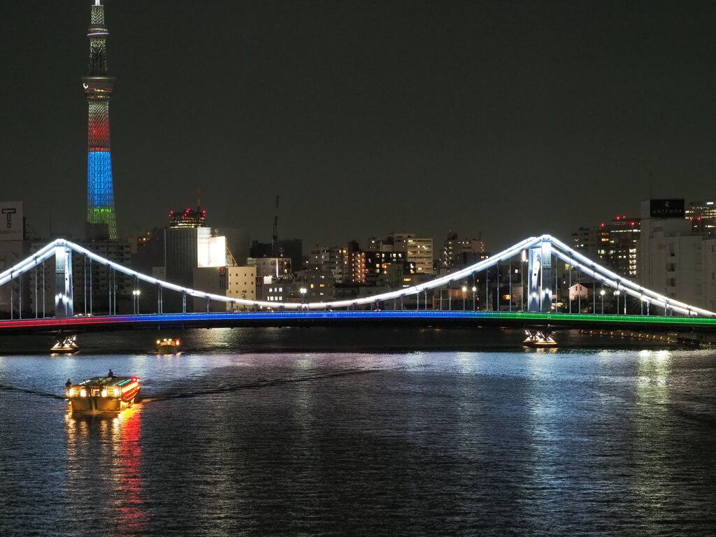 タワーと橋と屋形船。