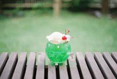 庭でクリームソーダ