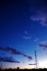 夕焼け頃の西の空は上空に行くほど暗くなる。