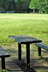 芝生広場にあるテーブル席。