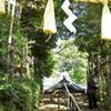 座間神社:鳥居より見上げる。でも、おじさん入り。(´・ω・`)