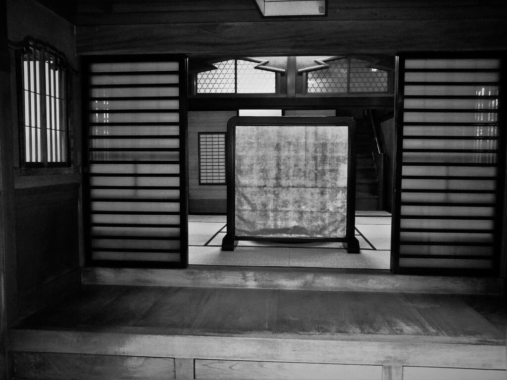 古民家岸邸:玄関内 モノクロ
