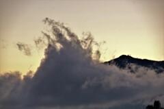 雨上がりの夕方に舞い登った雲。